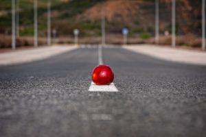 manzana roja en la carretera