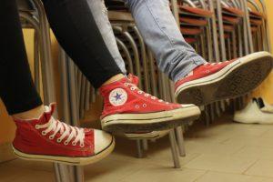 pies con deportivas rojas